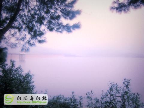 向西再向北@第一季:夢湖,多麼美好的一個名字。可惜我們到來的晚了一些。深藏在那樣的一個寧靜的山林中。可惜天色已晚,沒能見到美麗的夕陽。我说过,我們還會再來看你的。